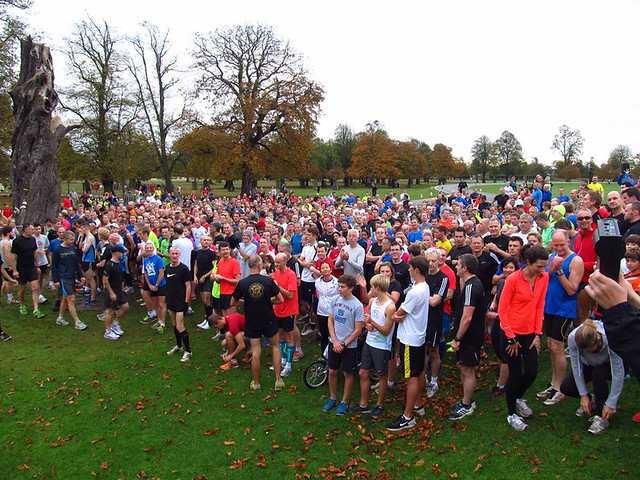 964 parkrunners getting ready for Bushy parkrun #541