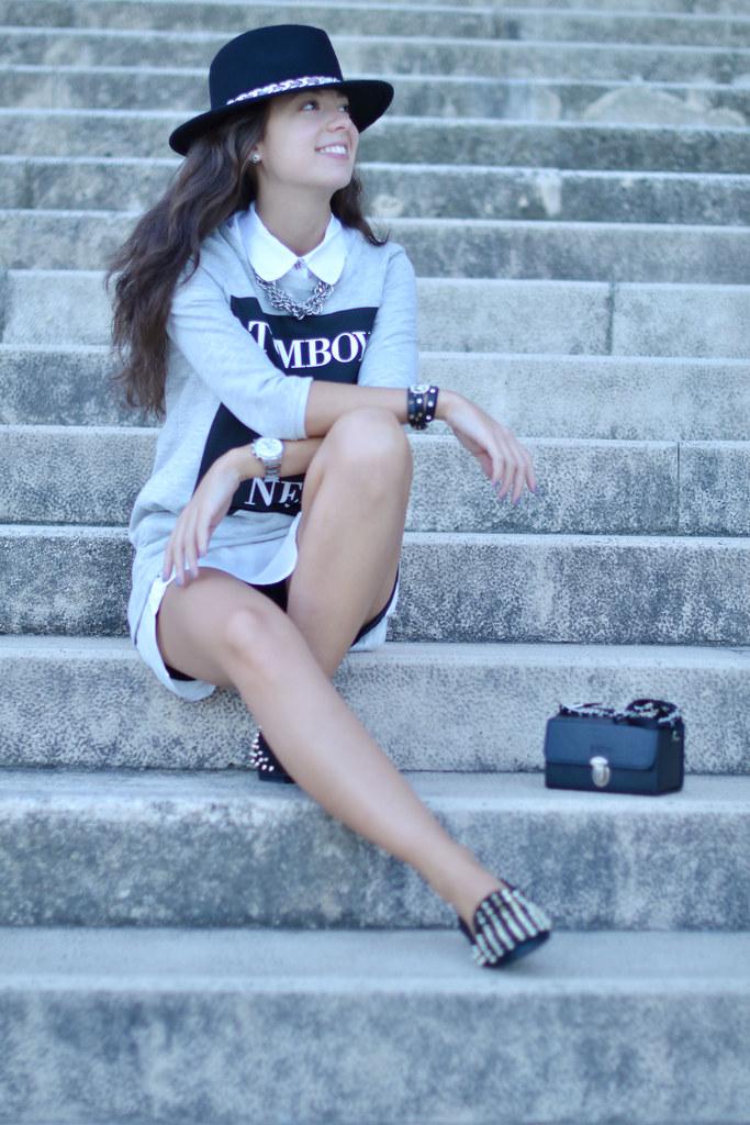 Look con vestido gris y zapatos con pinchos
