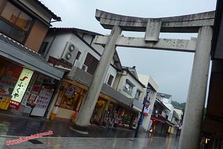 P1060464 Calle de tiendas hacia la estacion (Dazaifu) 12-07-2010 copia