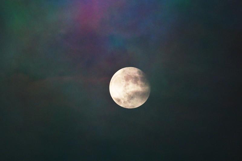 雲霧裡的月亮