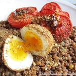 Rezepte von Diana Henry:©Roast Tomatoes and Lentils With Dukka-Crumbed Eggs (1)