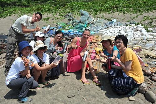 海廢藝術家liina klauss(中央粉紅洋裝)來台灣創作。胡介申為左一站者。圖片來源:胡介申