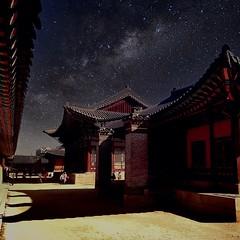 이사진은 합성한걸로 야간개장했으니 이런사진 찍을 수 있지 않을까 해서 만들어봄 #경복궁 #근정전 #서울 #투어 #여행 #사진 #합성 #은하수 #야간 #야간개장 #별자리 #강녕전 #photo #photograph #landsc