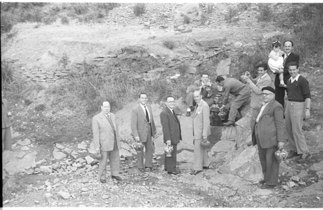 Grupo de personas en una fuente en Toledo a mediados del siglo XX. Fotografía de Roberto Kallmeyer © Filmoteca de Castilla y León. Fondo Arqueología de Imágenes