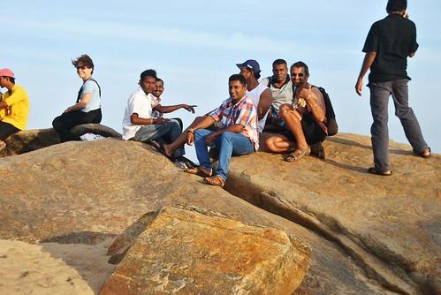 114 Atardecer en la playa, fiesta con locales y anochece en el templo en Kirinda (6)