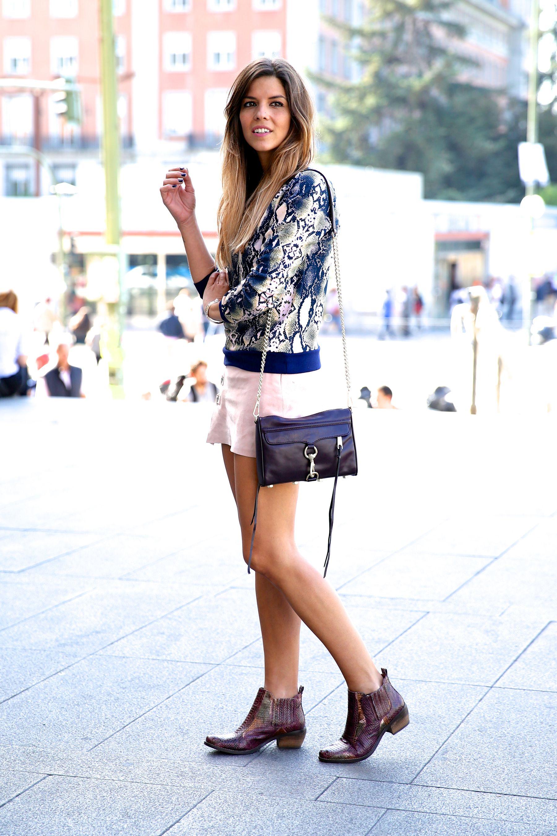 trendy_taste-look-outfit-street_style-ootd-blog-blogger-fashion_spain-moda_españa-girissima.com-sweatshirt-sudadera-estampado-crocodile-cocodrilo-botines-booties-pink_skirt-falda_rosa-8