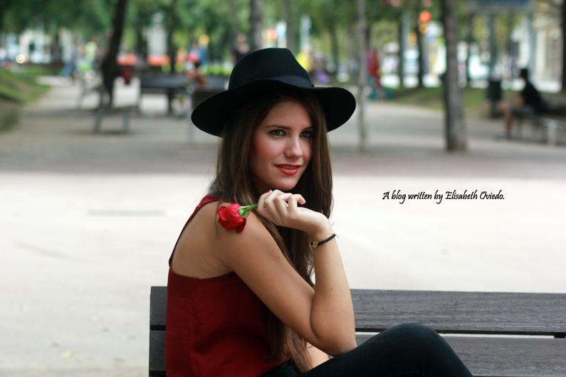 sombrero-negro-stradivarius---camiseta-burgundy-y-botas-XTI-HEELSANDROSES-(3)