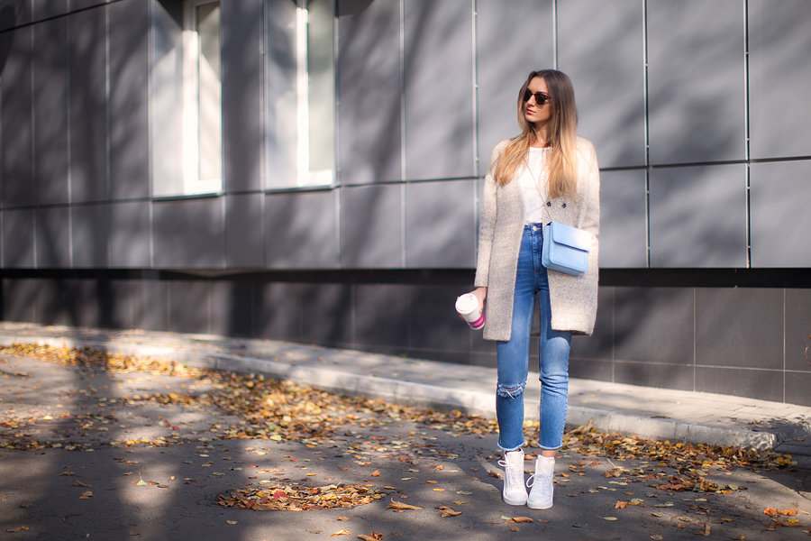 street-style-beige-coat-high-tops-pastel-bag