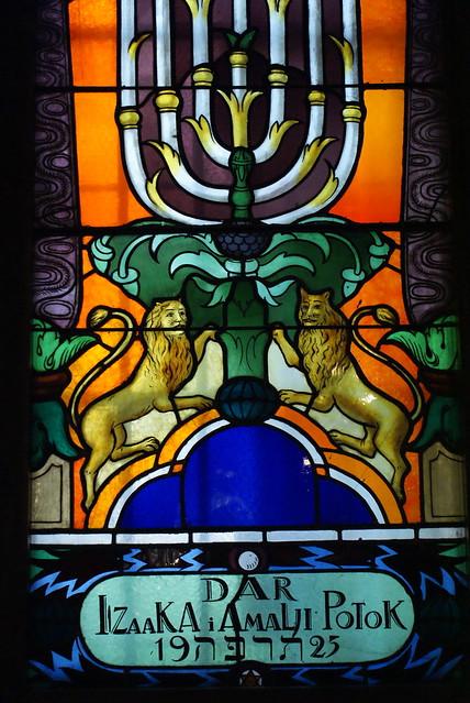 Chandelier et lions dans la synagogue de Tempel.
