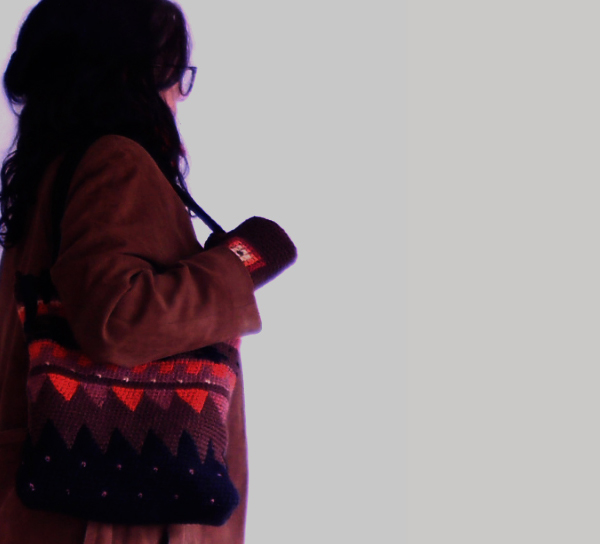 bolso tapestry en chocolate, naranja y negro