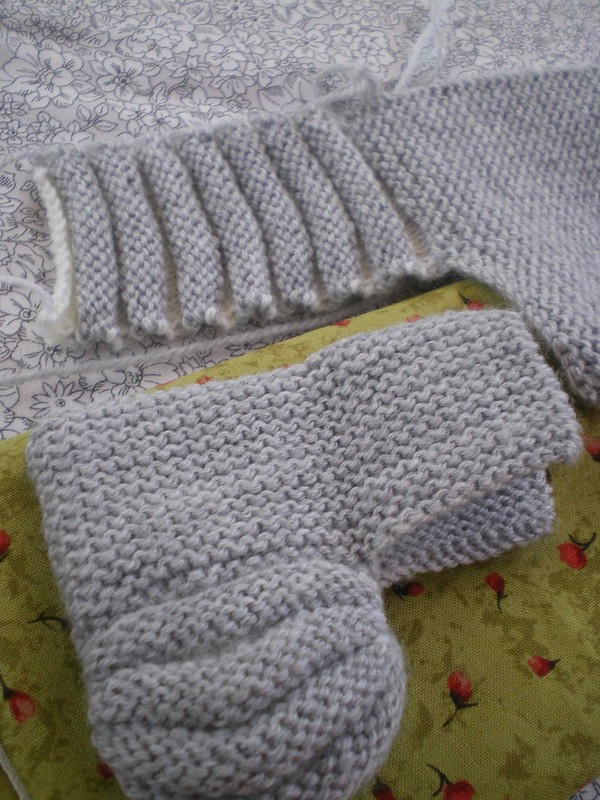 Tricot Layette facile - Chaussons hollandais de deux couleurs