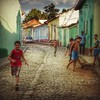 Niños cubanos jugando en la calle