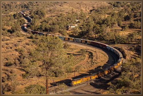 california mountains up electric train traffic unitedstates pacific general union curves zug hills bergen curve ge tehachapi trein montagnes collines mixte manifest courbe snaking vervoer courbes heuvels bocht bochten es44ac gespreid kronkelen