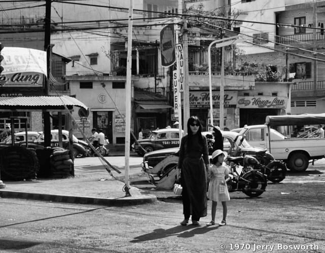 The Streets of Saigon 1970 - Đường Trương Minh Giảng - Photo by Jerry Bosworth