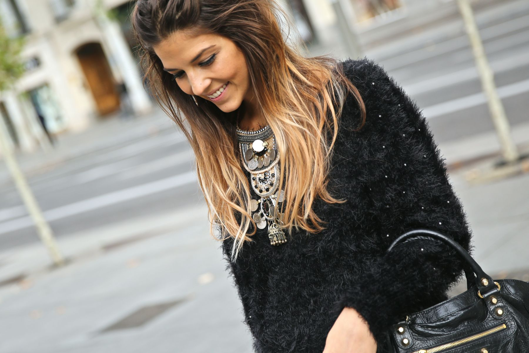 trendy_taste-look-outfit-street_style-ootd-blog-blogger-fashion_spain-moda_españa-balenciaga-city_bag-steve_madden-jersey_pelo-furry_sweater-collar-necklace-skirt-falda_negra-5