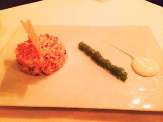 Tartar de salmón con crema de mostaza de Dijon y fruta de la pasión