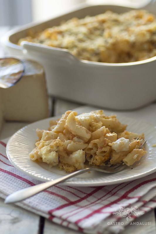 Macarrones con salsa de morrones y patatas chip