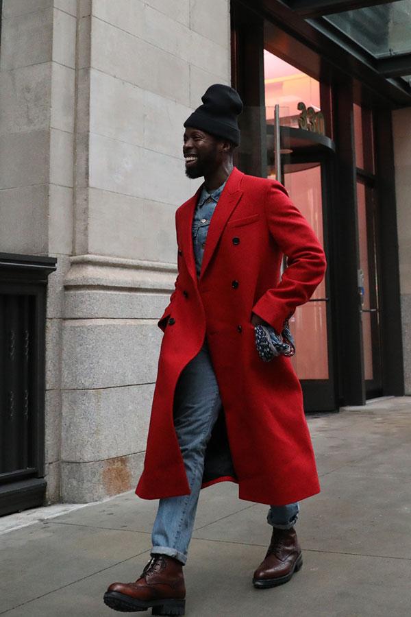 黒ニットキャップ×赤ダブルブレストチェスターコート×Gジャン×デニムパンツ×ブラウンカントリーブーツ