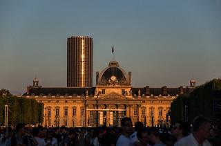 Coucher de soleil sur l'École Militaire et la Tour Montparnasse en attendant le feu d'artifice du 14 Juillet à la Tour Eiffel
