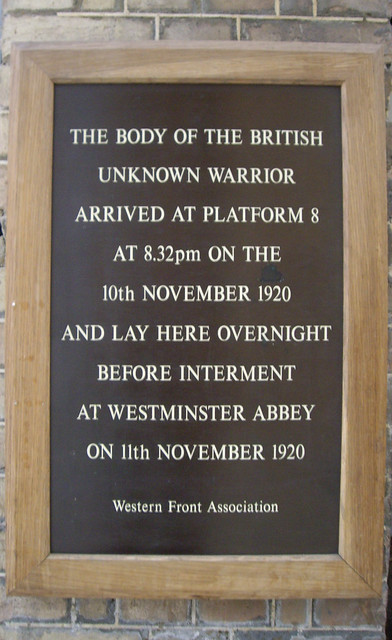 Wood plaque № 32932 - The body of the British unknown warrior arrived at platform 8 at 8.32pm on the 10th November 1920 and lay here overnight before interment at Westminster Abbey on 11th November 1920