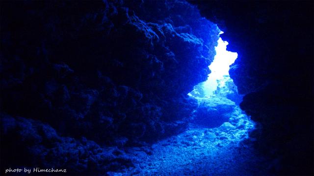 洞窟の出口から漏れる光