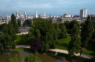 Vue sur le Nord de Paris depuis l'Ile du Belvédère du Parc des Buttes Chaumont