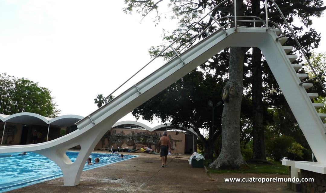 Enorme tobogan en la piscina