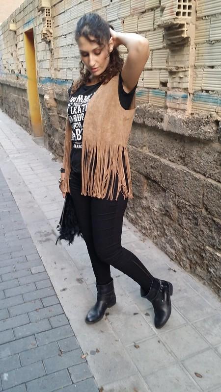 Casual, cómoda, chic, chaleco de ante marrón de flecos, total look black, camiseta negra con mensaje, pantalones pitillo negros, botines moteros negros, lady, clutch negro plumas, comfortable, brown suede fringed vest, black shirt with message, black skinny jeans, black biker booties, black feather clutch, Belove Woman, Zara, Uno de 50