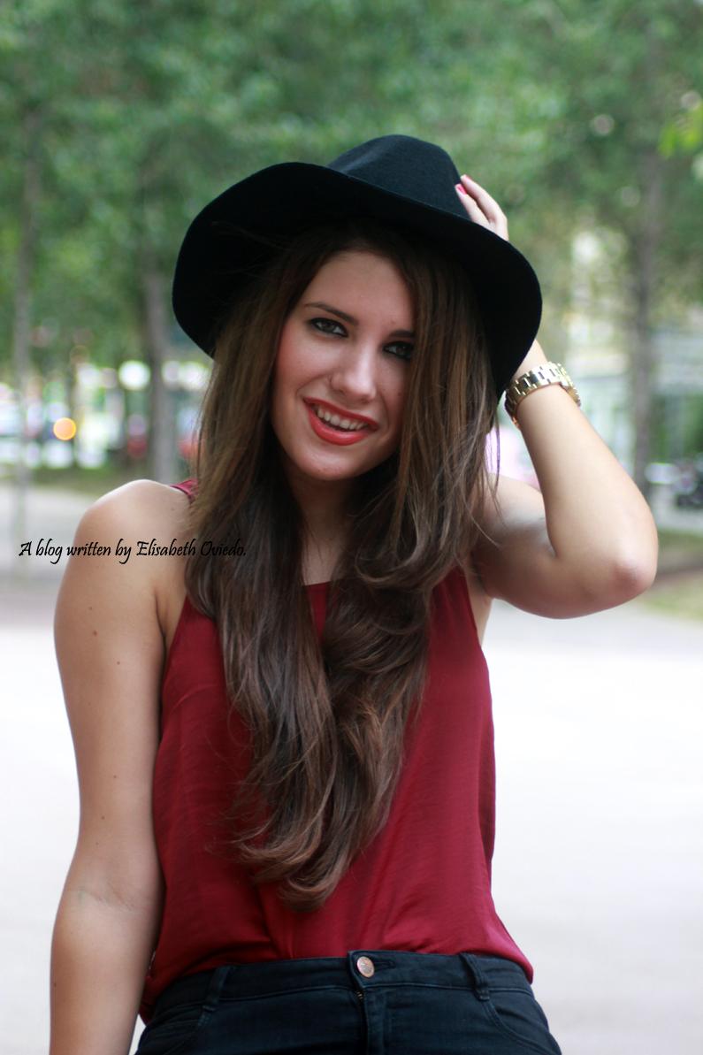 sombrero-negro-stradivarius---camiseta-burgundy-y-botas-XTI-HEELSANDROSES-(15)