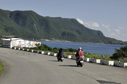 環島公路上,常可見到摩托車來來往往。攝影/陳品君