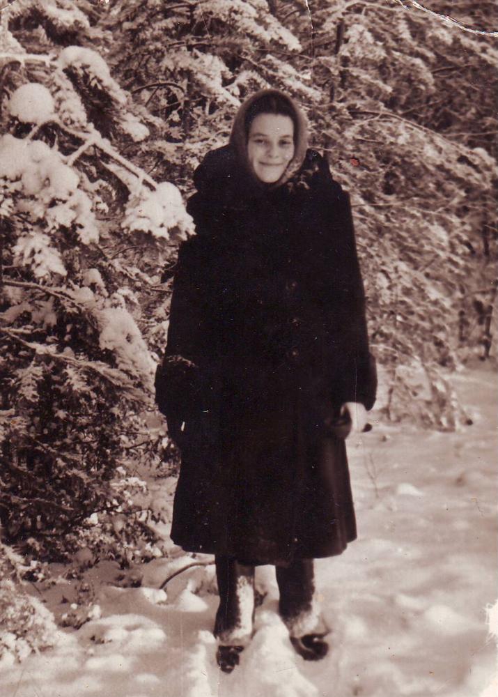 Копейкина Л.Ф. по дороге на молотовский з-д (Первомайский) 1955 г.
