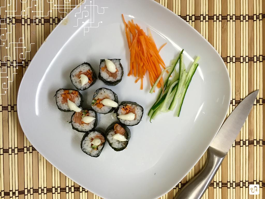 Maki com salmão (amigos coreanos ensinaram a fazer)