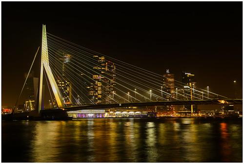 De Erasmusbrug in Rotterdam vanaf het Leuvehoofd bij avond ...