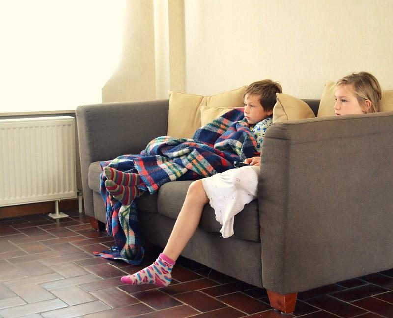 Li y Milo miran tv