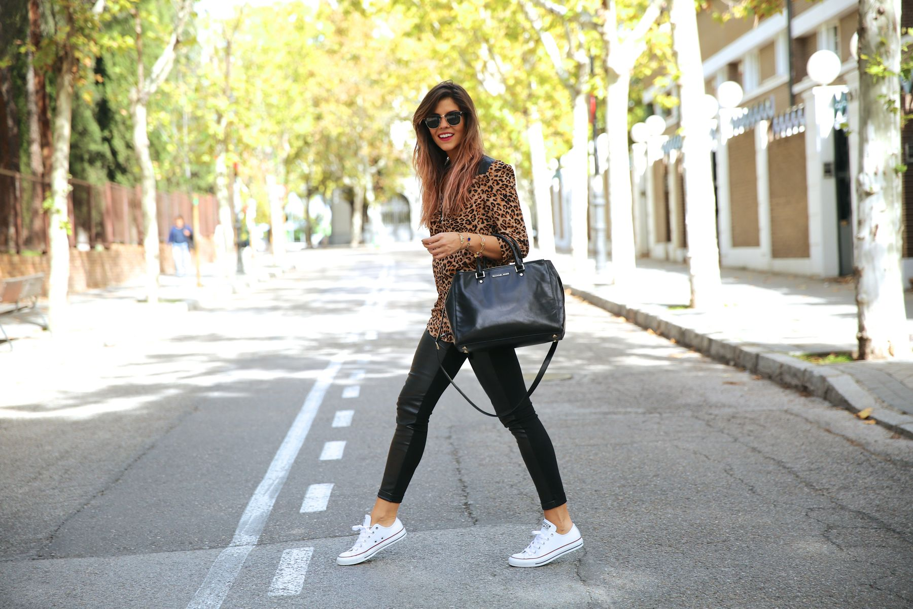 trendy_taste-look-outfit-street_style-ootd-blog-blogger-fashion_spain-moda_españa-leo_print-leopardo-converse-all_star-michael_kors-leggings-clubmaster-10