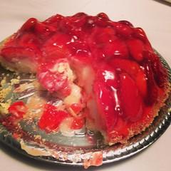 Até q sobrou bastante dessa #torta de #morango do mês-versário do Lucca... haha, vou ter trabalho esta noite... #dieta da lua = só come a noite