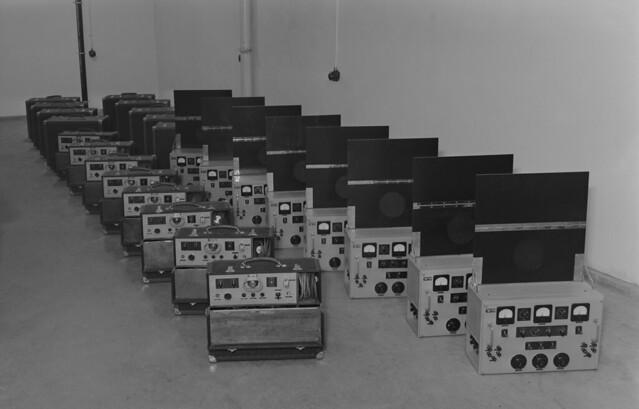 Yleisradion työpajan olympiakisoihin valmistamia Olympia 40/3 mikrofonivahvistimia ja vahvistimien virtalähteitä.