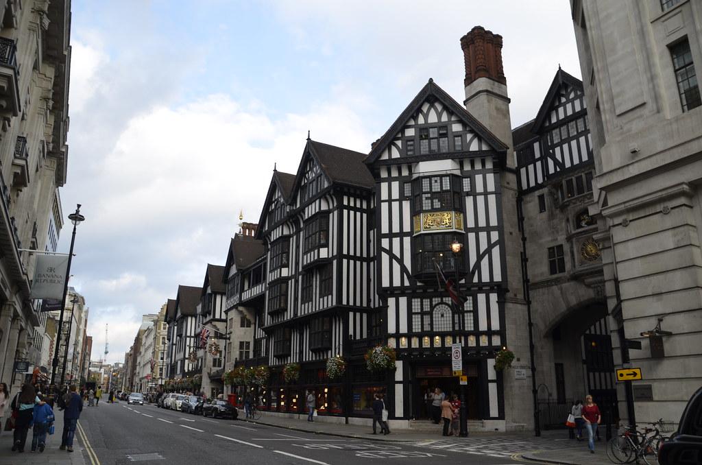 Regent's St y Hamley's