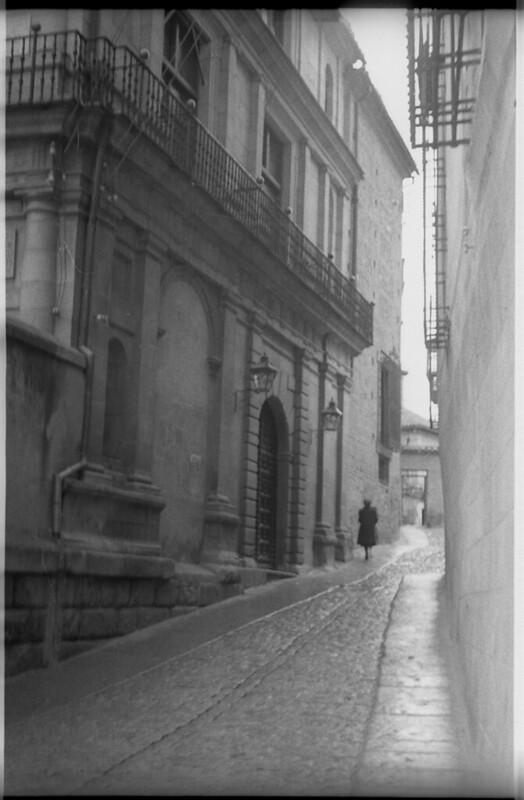 Plaza del Ayuntamiento hacia el Pasadizo de Balaguer en Toledo a mediados del siglo XX. Fotografía de Roberto Kallmeyer © Filmoteca de Castilla y León. Fondo Arqueología de Imágenes