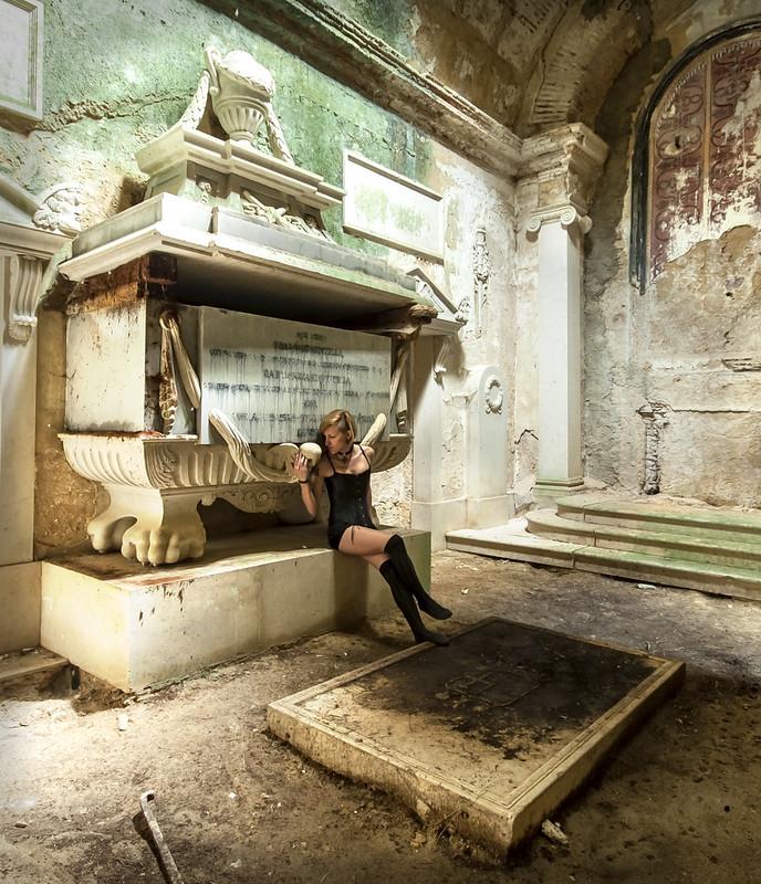 Abandoned in Silence Abandonada en Silencio