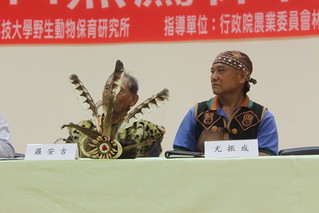 排灣族頭目羅安吉帶著佩帶熊鷹羽毛的頭飾與會。