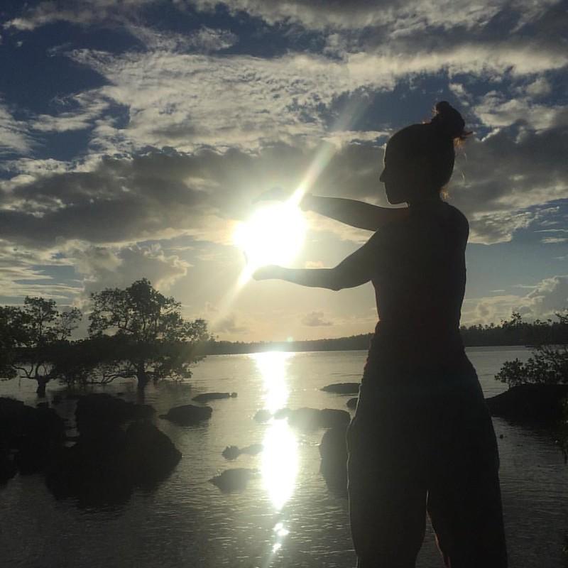 Hay días en los que sientes que todo es posible, que puedes hasta tocar el sol #día16 #Siargao #sunset #kiennoarriesganogana