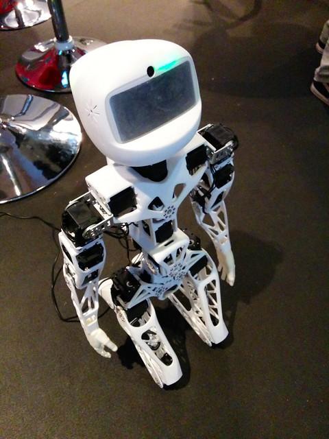 Robot Poppy à genoux