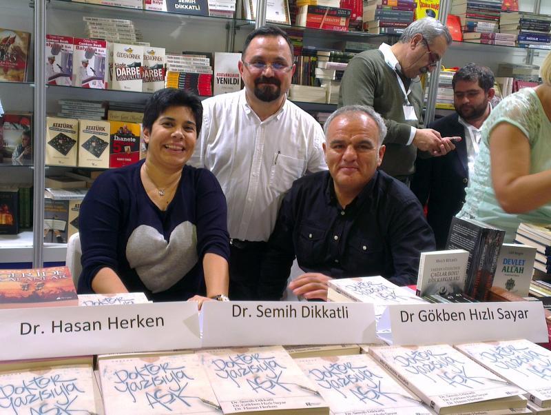 Dr. Gökben Hızlı Sayar son kitabını okurlarına imzaladı.