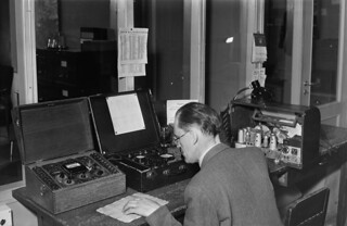 Technician at Yleisradio's information desk in Fabianinkatu radio house, ca. 1944.