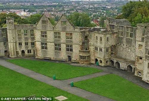 Bóng ma xuất hiện giữa tòa lâu đài cổ?