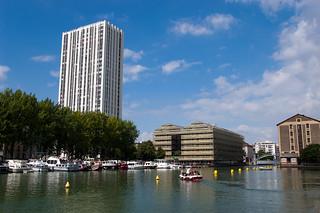 Le Bassin de la Villette au pied de la Tour de Flandre