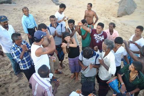 121 Atardecer en la playa, fiesta con locales y anochece en el templo en Kirinda (24)