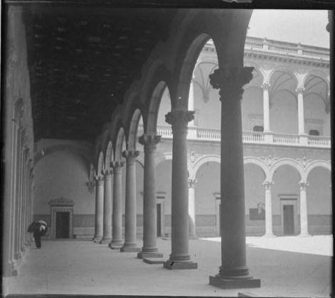 Patio del Alcázar hacia 1915. Fotografía de Aurelio de Colmenares y Orgaz, Conde de Polentinos Ⓒ Fototeca del IPCE, Ministerio de Educación, Cultura y Deporte. Signatura DCP-A-2636_P