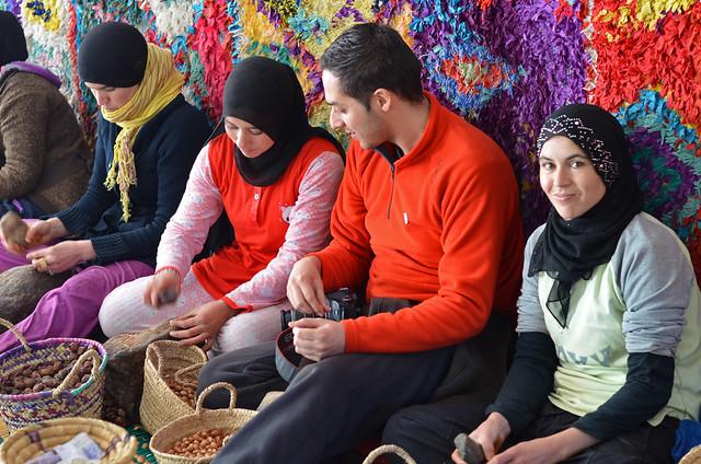 En un taller de aceite de Argán en el Atlas marroquí